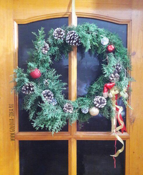венок новогодний на дверь из шаров и шишек
