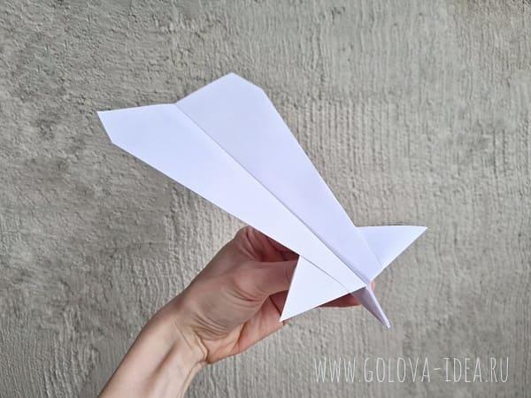сложенный самолетик из бумаги
